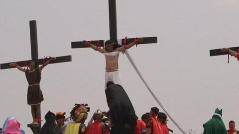 Trois personnes crucifiées pour les célébrations de Pâques aux Philippines