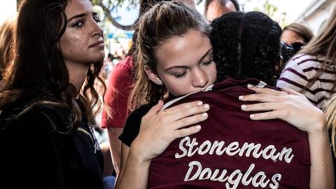Des étudiants de l'école secondaire Marjory Stoneman Douglas s'enlacent.