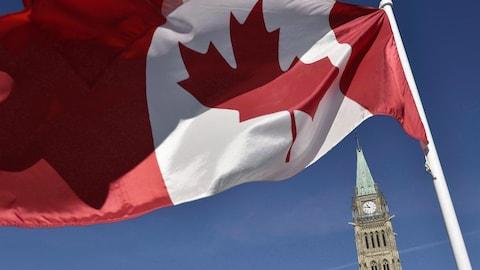 Le drapeau canadien sur la colline du Parlement à Ottawa