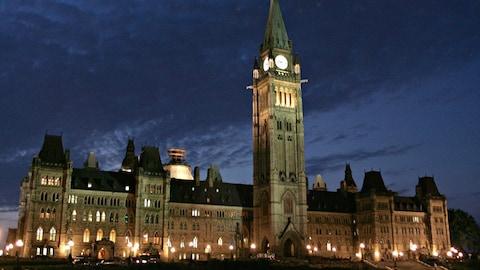 La nuit tombe sur le Parlement à Ottawa sur cette photo du 14 juin 2005.