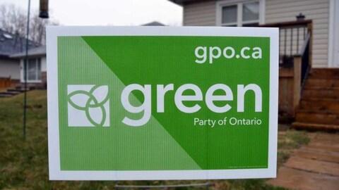 Pancarte électorale du Parti vert sur une propriété.