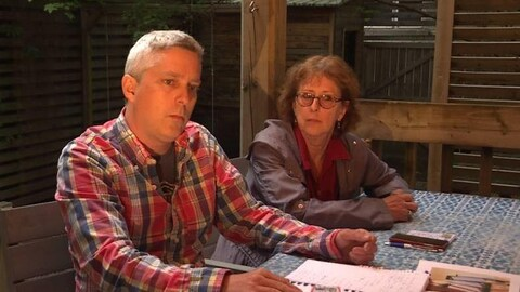 Pascal Cormier et Lucie Piché sont assis à une table.