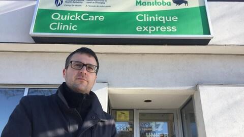 Pat Fortier devant la Clinique express de Saint-Boniface, à Winnipeg