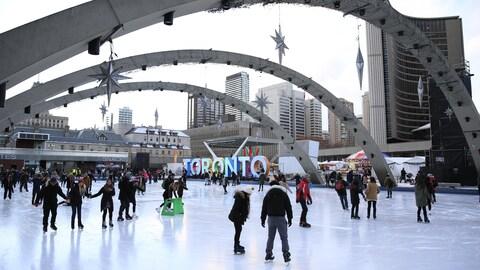 La patinoire extérieure de la place Nathan, Phillips à Toronto, avec vue des arches qui l'entourent.