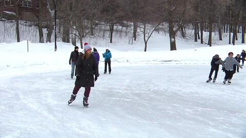 Des patineurs sur l'anneau réfrigéré