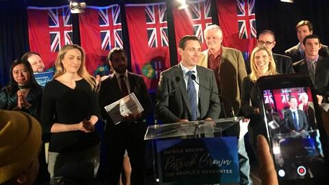 Patrick Brown lance sa campagne entouré de sa famille, de candidats et de députés ontariens.