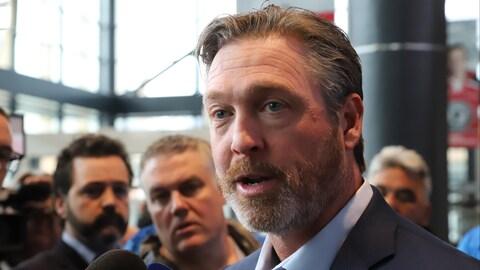 Patrick Roy répond aux questions des journalistes lors d'une mêlée de presse suivant l'annonce de son retour avec les Remparts