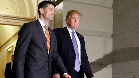 Paul Ryan et Donald Trump marchent côte à côte.