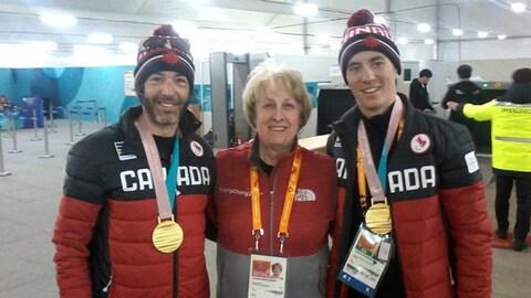 Paulette Rowlandson entourée d'athlètes canadiens.