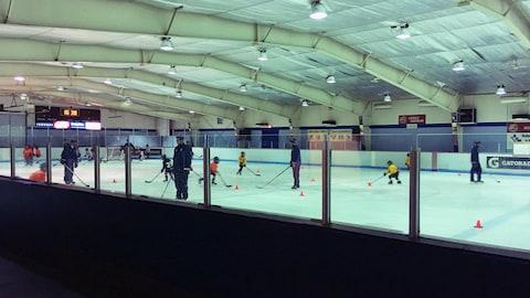Patinoire avec de jeune hockeyeurs