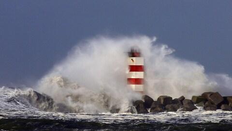De puissantes vagues s'écrasent sur un phare, au large des Pays-Bas.