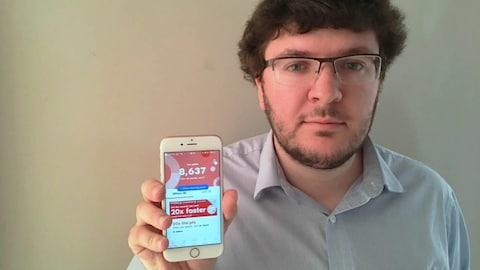 Shawn Nicholson montre son téléphone ouvert à l'application PC Optimum.