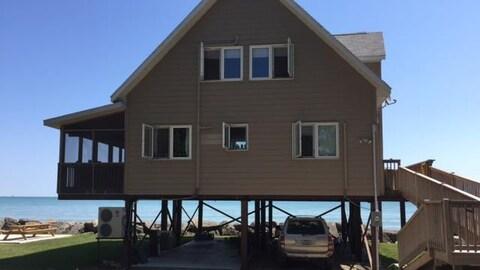 Les nouveaux chalets et résidences de l'île Pelée sont construits sur pilotis en raison des niveaux d'eau du lac Érié qui inondent parfois les terres.