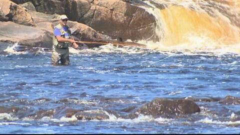 Un pêcheur de saumon en action.