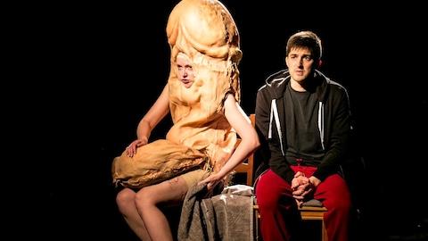 La pièce conversation avec mon pénis est présenté au Théâtre Premier Acte. Une femme déguisée en pénis discute avec un homme.