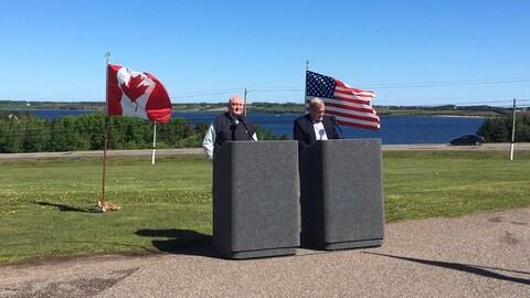 Le ministre fédéral de l'Agriculture, Lawrence MacAulay (à droite), est aux côtés du secrétaire américain à l'Agriculture, Sonny Perdue (à gauche).