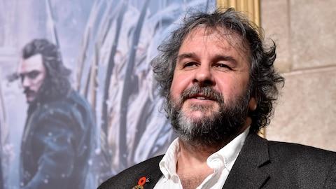 Le réalisateur Peter Jackson sourit aux photographes sur le tapis rouge de  The Hobbit: The Battle of the Five Armies , à Los Angeles en décembre 2014.