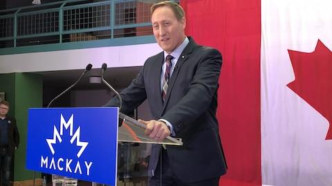 Peter MacKay durant sa conférence de presse.