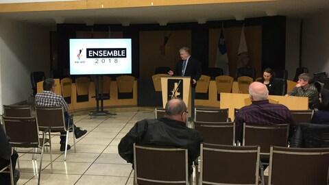 Des citoyens écoutent le maire de Val-d'Or faire une présentation.