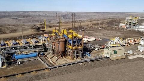 Une plateforme industrielle installée dans une mine de sables bitumineux.