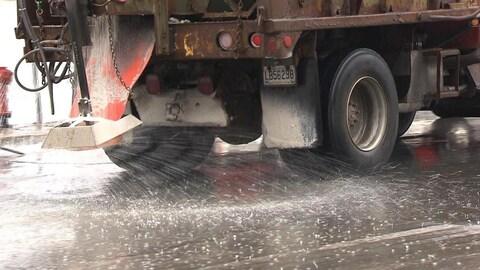 Un camion épand des sels de déglaçage