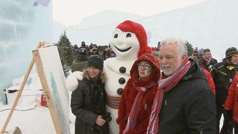 Philippe Couillard lors de son passage au Carnaval de Québec en 2018, notamment en compagnie de Bonhomme Carnaval