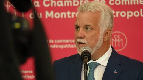 Philippe Couillard parle devant la Chambre de commerce du Montréal métropolitain.