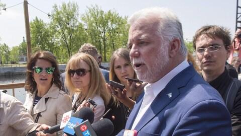 Le premier ministre du Québec Philippe Couillard s'adresse aux médias au cours de sa visite à l'évènement C2 Montréal.