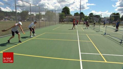 Le pickleball est un sport de raquette qui compte de plus en plus d'adeptes au Canada. L'engouement est notamment attribuable à son rythme de jeu rapide et à son aspect social. Mais le nombre d'installations ne croît pas au même rythme que la demande.