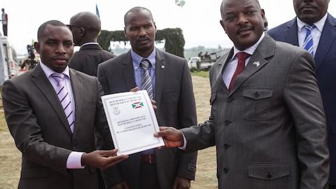MM. Nkurunziza et Ndagijimana tiennent la nouvelle Constiution entre leurs mains.