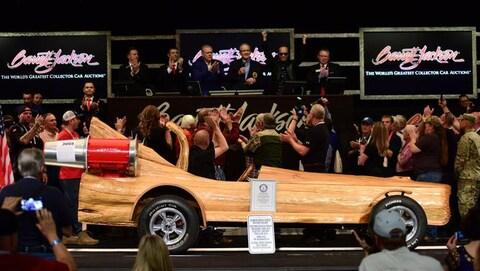 La voiture fait en tronc d'arbre est vendue devant une foule enthousiaste à l'encan Barrett Jackson