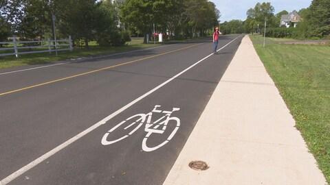 Vélo peint sur la chaussée pour identifier une piste cyclable.