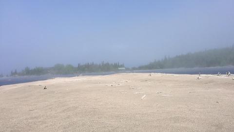 La plage entourée d'eau