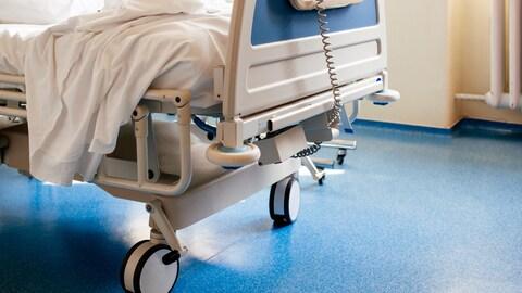 Un lit d'hôpital.