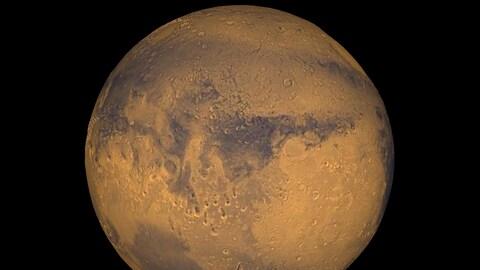 Une sphère, qui est rouge et orange et qui a plein de trous, est vue dans un espace tout noir.
