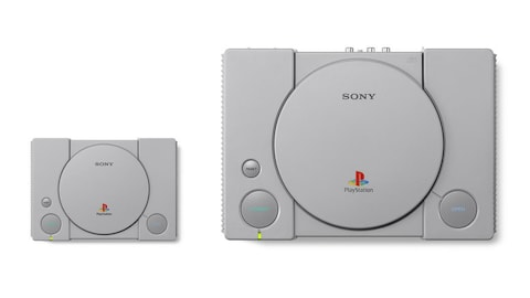 Une photo montrant une PlayStation miniature à côté d'une PlayStation originale.