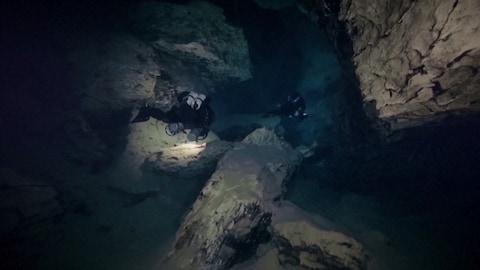 Deux plongeurs explorant la grotte János Molnár.