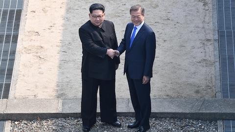 Le président sud-coréen Moon Jae-in et le dirigeant nord-coréen Kim Jong Un dans le village de Panmunjom, où se trouve la frontière de béton qui marque à l'intérieur de la zone démilitarisée la division de la péninsule.