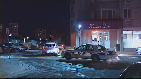 Trois véhicules de la police d'Ottawa sont stationnées devant les lieux où s'est déroulé le 22e homicide de l'année 2016 dans la capitale nationale.