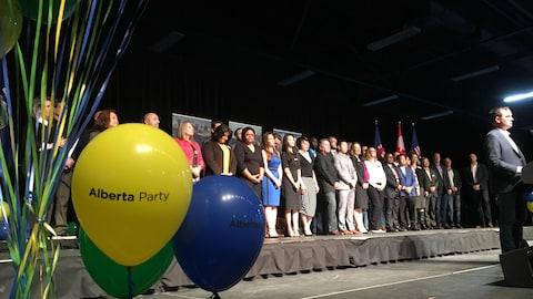 Les candidats du Parti albertain sont réunis, en rang, sur une estrade.
