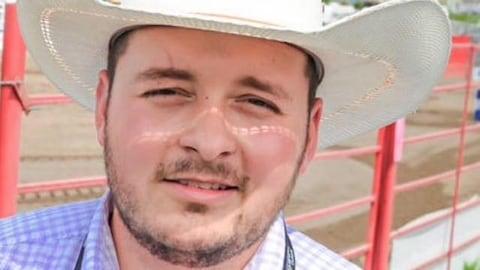 Un homme portant un chapeau de cowboy.