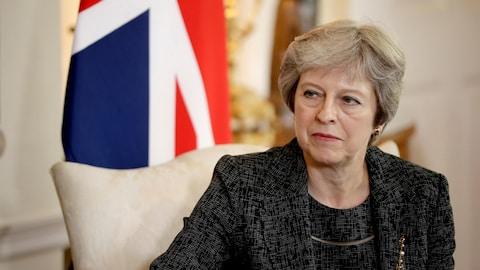 La première ministre britannique Theresa May devant un drapeau du Royaume-Uni.