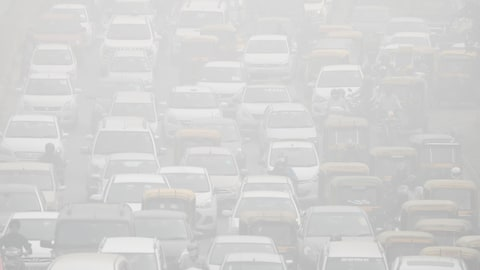 Circulation et smog à Delhi, en Inde