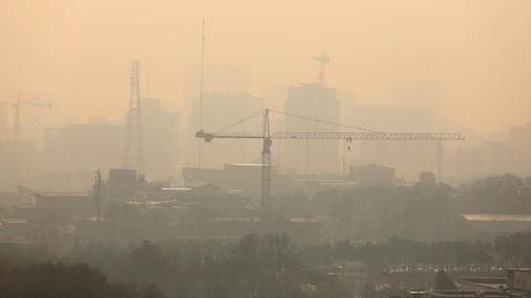 Une vue de la ville de Téhéran frappée par un important épisode de smog en date du 19 décembre 2017.