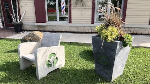 Un banc et un bac à fleurs conçus à partir de béton et de polystyrène.
