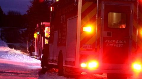 Des véhicules d'urgence sur les lieux de l'explosion.
