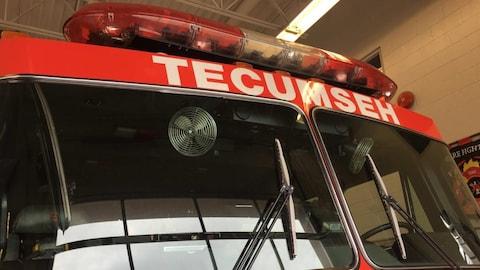 Zoom sur le haut d'un camion de pompier.