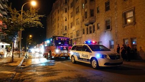 Une voiture de police et un camion de pompier