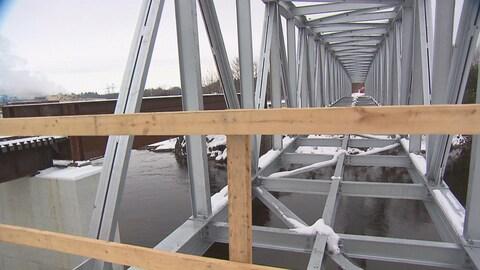 Il ne reste que le tablier du nouveau pont Bernier à construire avant qu'il puisse être emprunté par les motoneigistes d'ici les trois prochaines semaines.