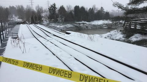 Le pont qui supporte la voie ferrée a été lourdement endommagé